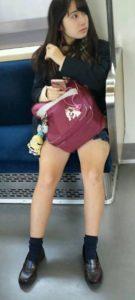 【画像】電車通学の女子高生をパシャリ