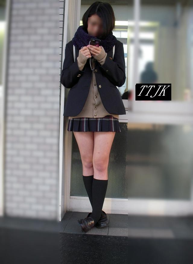 【画像】脚だけは意地でも見せる寒々JK