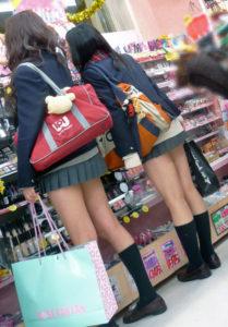 【画像】あ~、女子高生みーつけ(; ・`д・´)