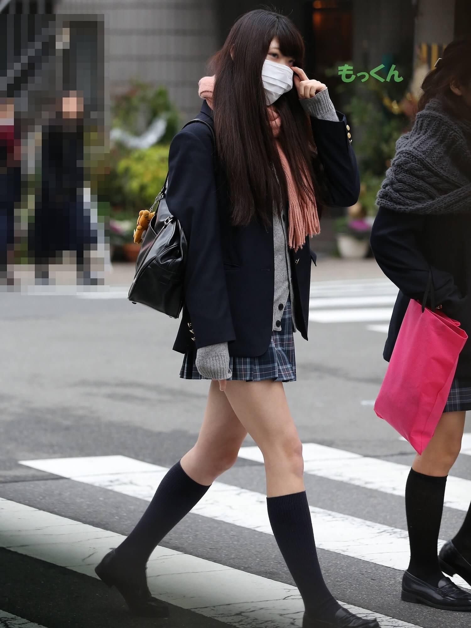 【画像】寒いのに脚はガンガン露出するJKちゃん