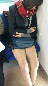 【画像】電車内で女子高生の隣ゲットやつ