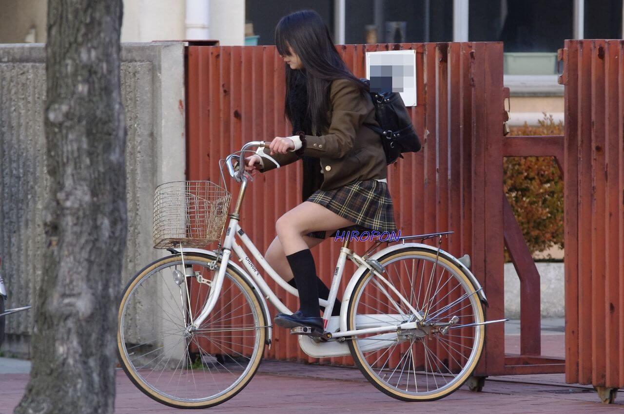 【画像】チャリンコ女子高生の何か期待する感www
