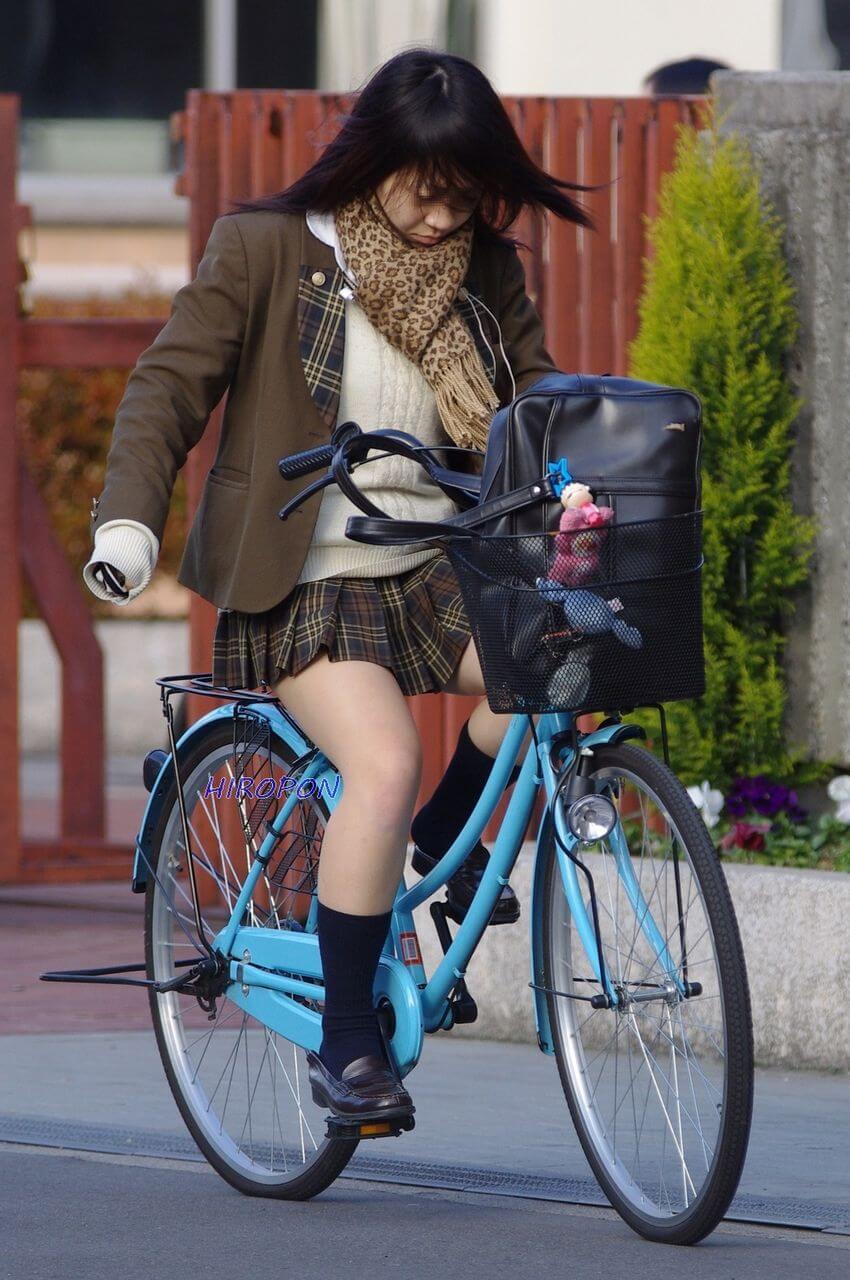 【画像】女子高生の温もり残る自転車のサドルにスリスリしたい