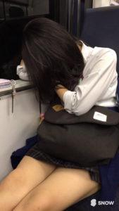 【画像】何かしてしまいそうになる電車内JK写真