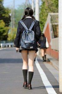 【画像】視線奪う通学女子高生さん