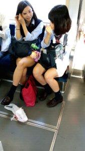 【画像】電車内でJKを発見!(スマホ…ッス)