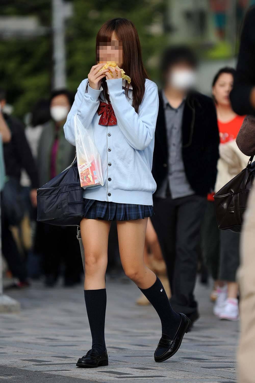 【画像】油断してたらすぐ撮られてしまう女子高生さんwwww