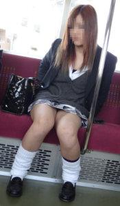 【画像】電車内で女子高生の近くポジるリーマンwww