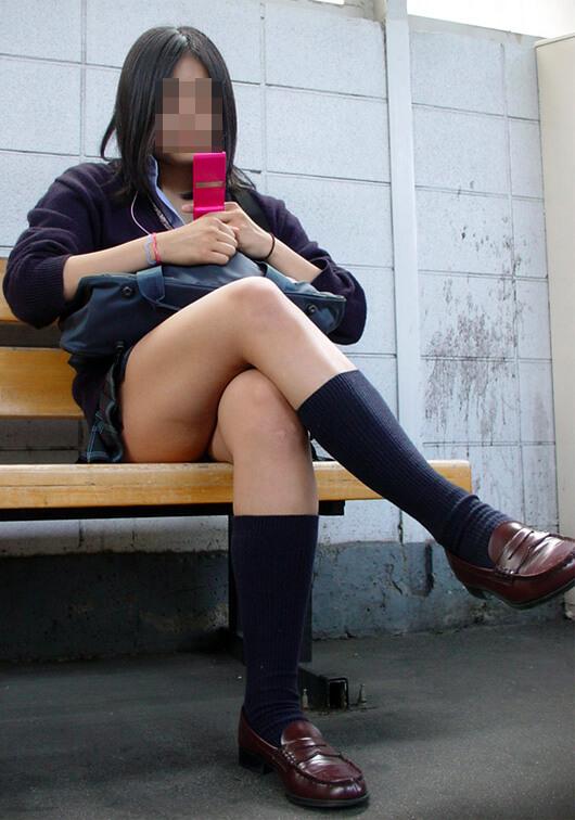 【画像】脚組んでる女子高生様の偉そうな感じたまらんよなぁwww