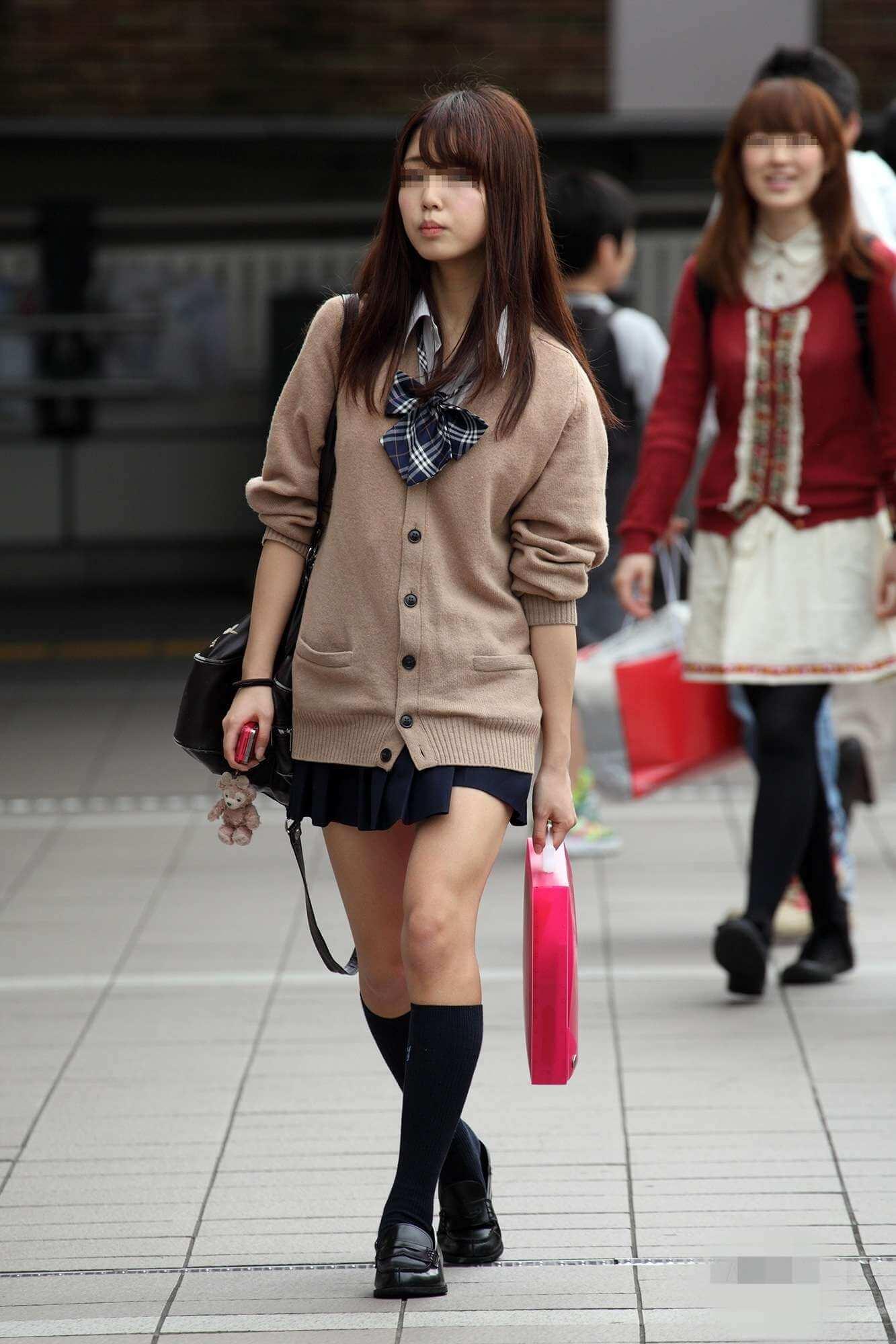 【画像】街をプラプラしてるドスケべな女子高生