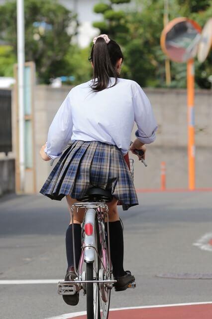 【画像】チャリンコ女子高生のチラリズムに目がいってしまうよな