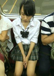 【画像】電車でこんな女子高生がいて痴漢するなという苦行