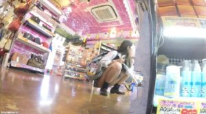 【動画】ドンキでぶらぶらする美少女JKの逆さ盗撮動画