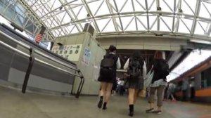 【動画】女子校生に密着した逆さスカート内盗撮動画【2本立て】
