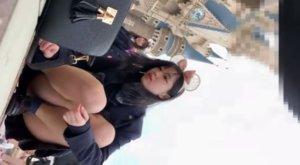 【動画】シンデレラ城前で自撮りに集中するJKのパンチラ激撮