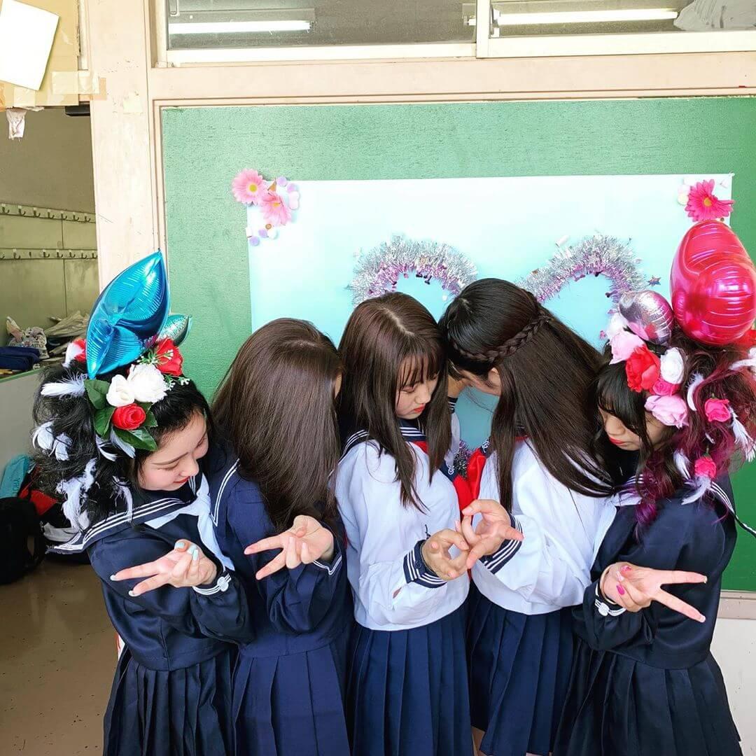 【画像】いっぱいの女子高生に虐められたいwww