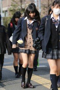 【画像】登下校中にスケベホルモン全開の女子高生写真