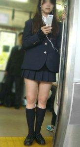 【画像】こっそり背後についてしまう電車通学女子高生