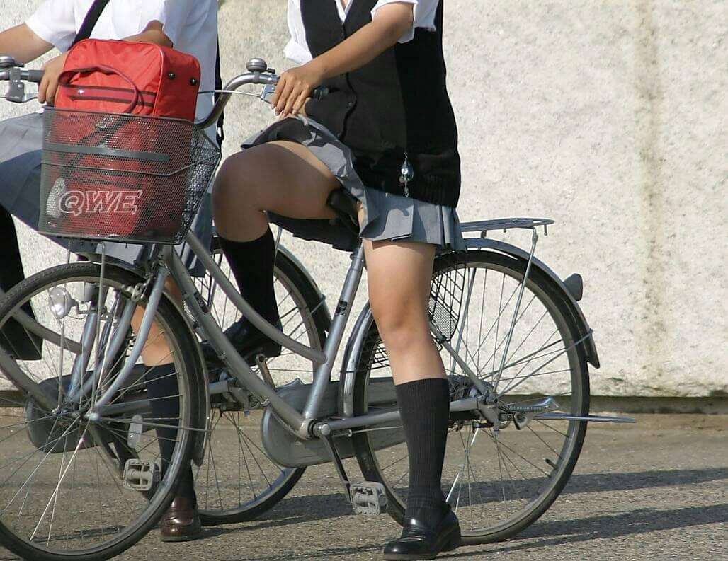 【画像】脚線美が際立つ自転車JK写真