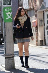 【画像】寒くても足は無防備な冬女子高生