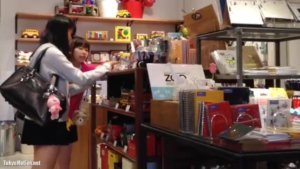 【動画】ショッピングに夢中な女子高生を付け回した変態動画