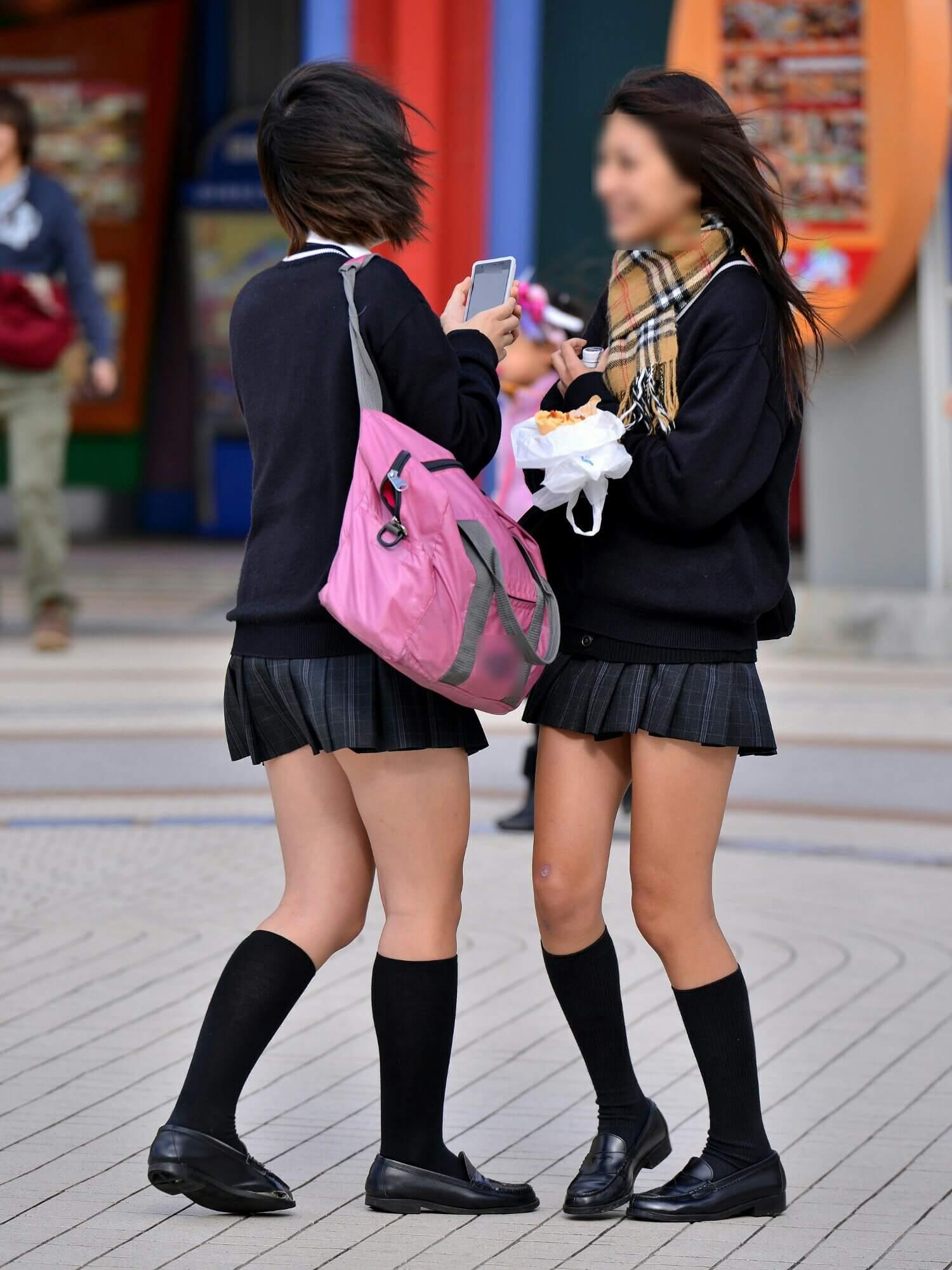 【画像】真冬にエッチなふともも丸出しの女子高生
