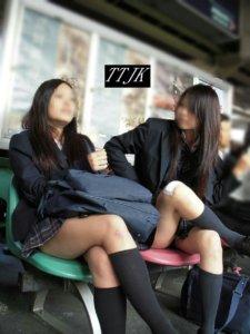 【画像】偉そうな脚組みJKの前で正座してお財布搾り取られたいよなwww