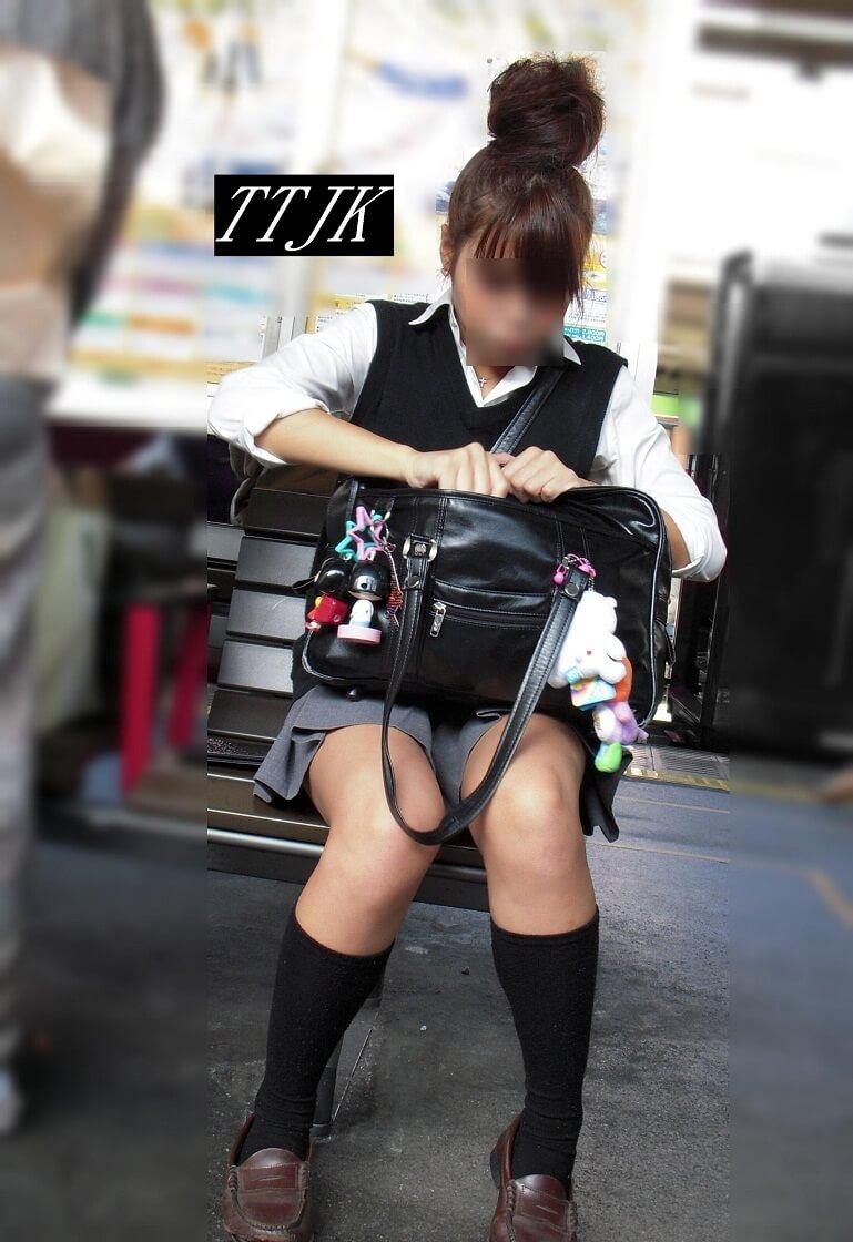 【画像】ちょこんとお座りしている女子高生写真