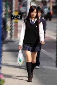 【画像】油断している女子高生をパシャリ