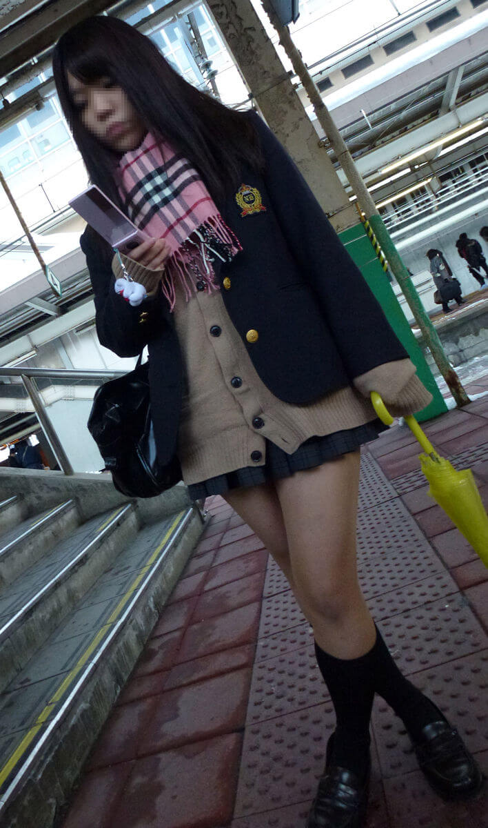 【画像】寒空で女子高生のふとももがエッチすぎる待撮り集