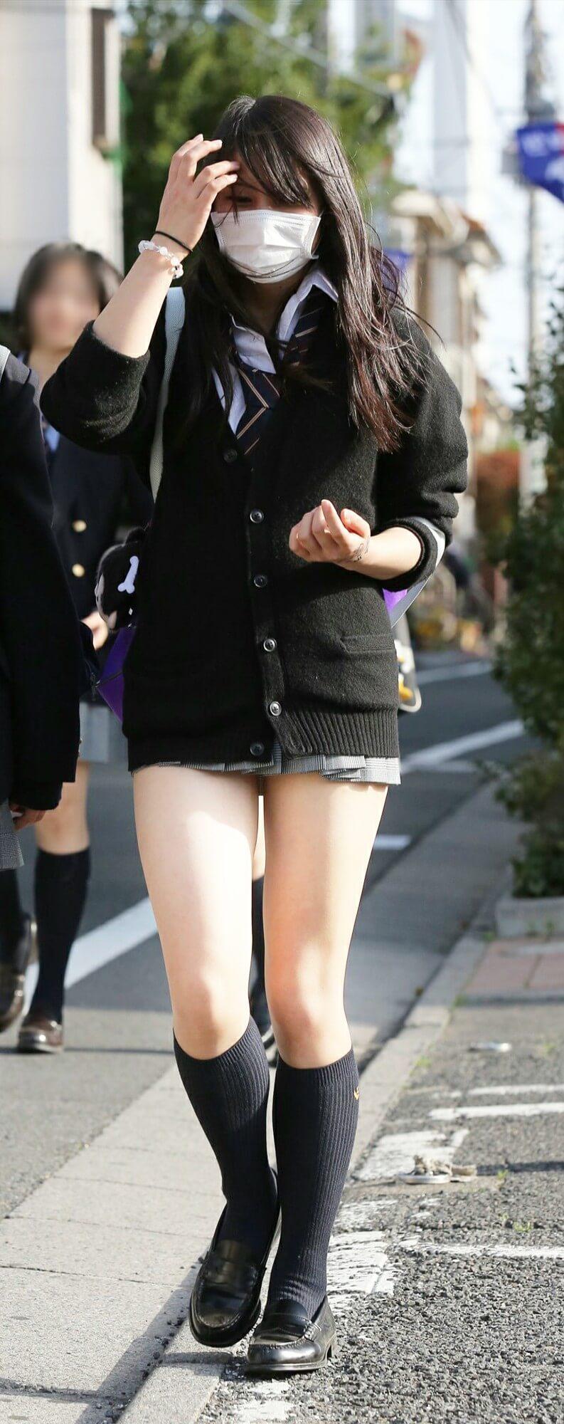 【画像】街中歩く女子高生て生きる公然わいせつやんけ