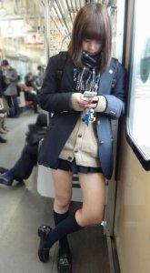【画像】間違いを起こしかねない電車女子高生