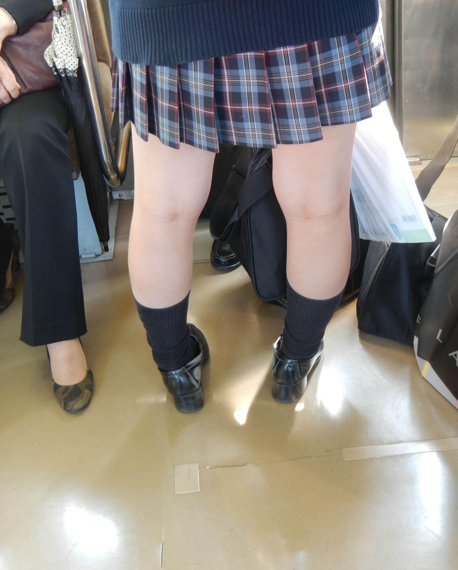 【画像】女子高生のエロ過ぎるふとももにぶっかけたいよね?