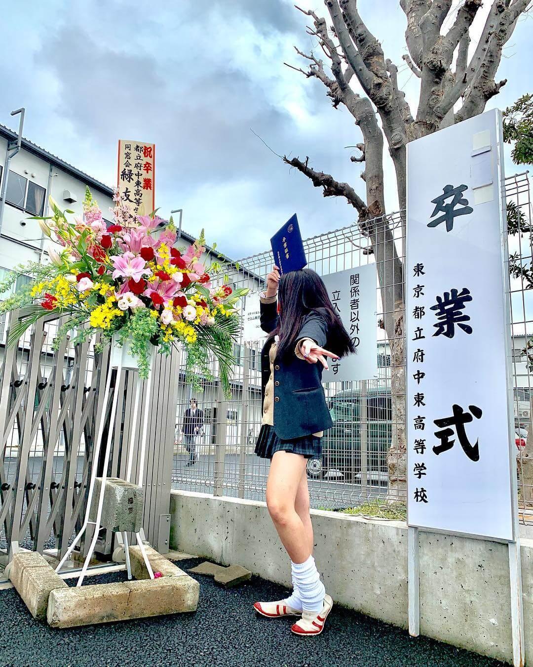 【画像】貴重な女子高生が・・・卒業式写真(シコシコ)