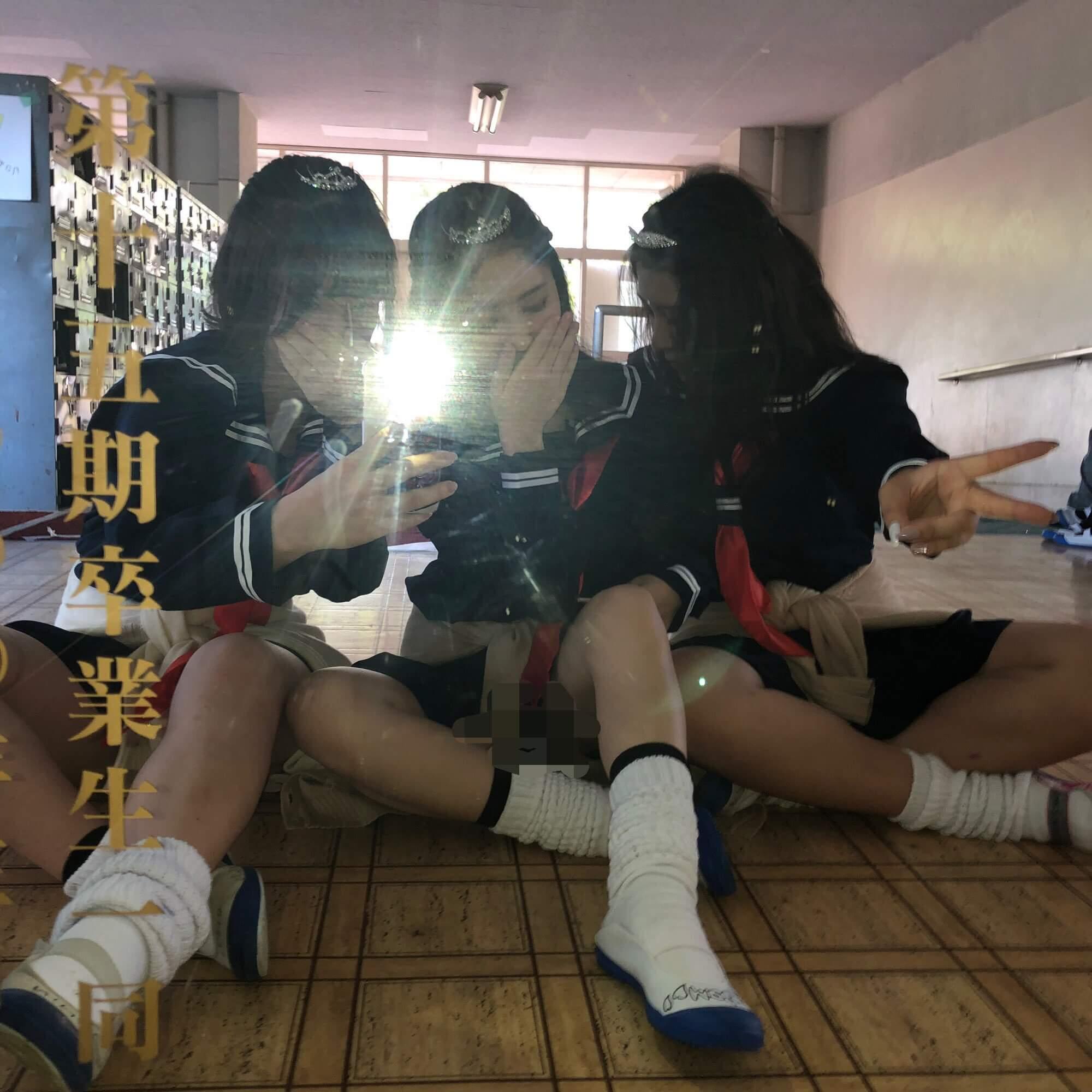 【画像】JKが友達といる時にノリで撮った自撮り写真