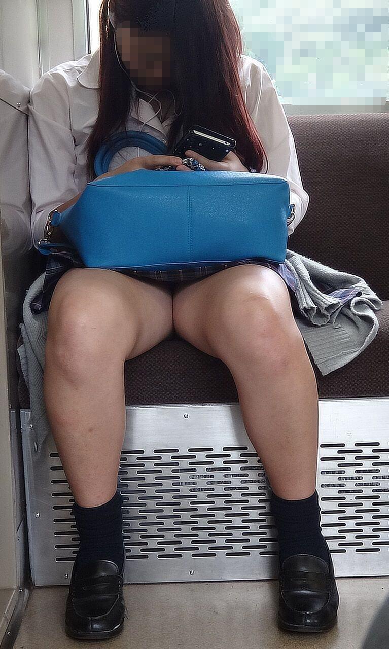 【画像】電車でエロイ女子高生が入って来た時のオヤジの目線www