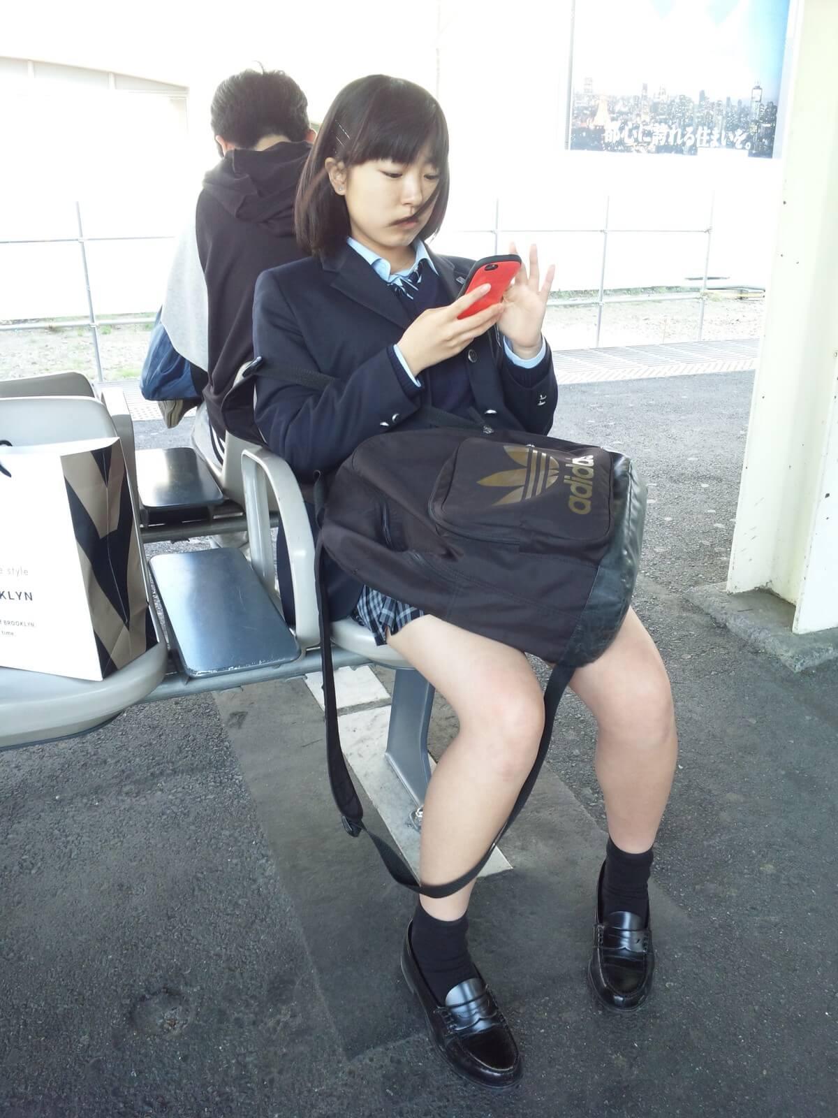 【画像】女子高生が座った後の温もりで勃起奴www