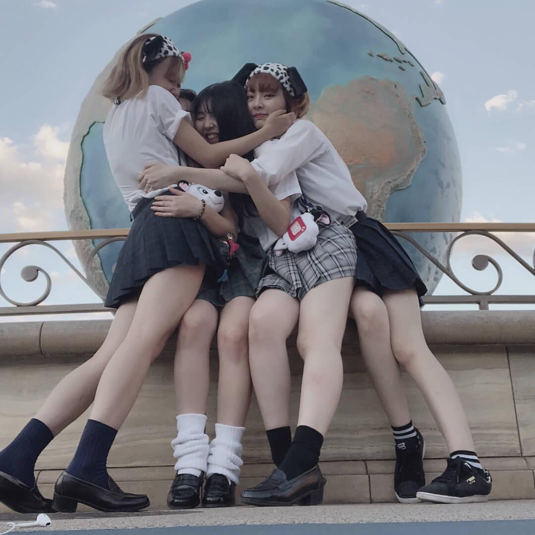 【画像】10代の女の子が制服着て集合写真撮ってたらそれだけでシコいだろwww