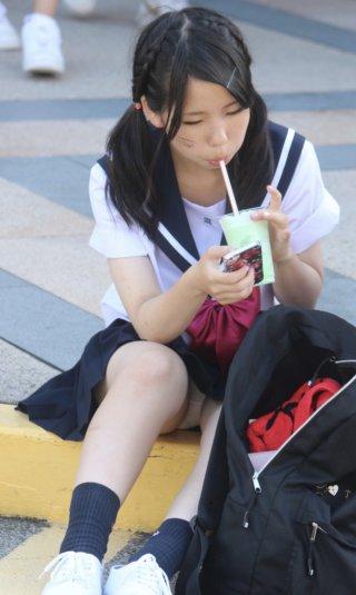 【画像】油断している女子高生のパンチラ写真がこちら