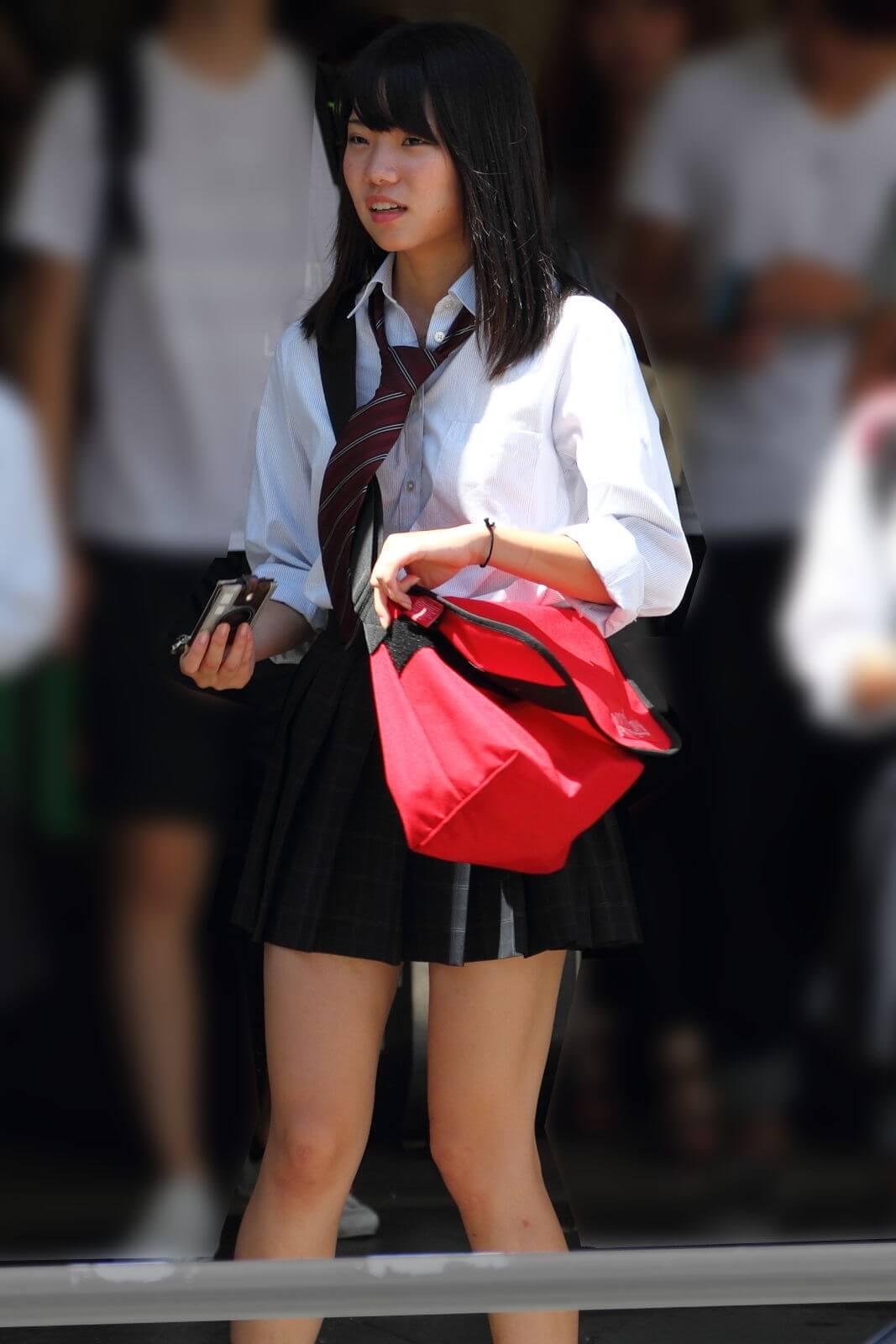 通学中の女子高生が偶然写ってしまった風景写真