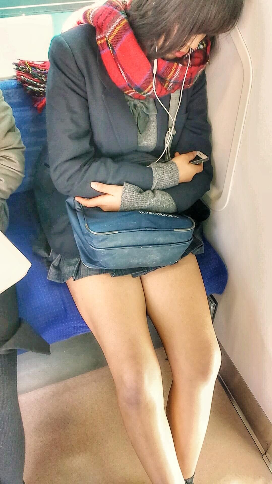 【画像】スマホの普及とともに電車内JKの画像てあきらかに増えたよな