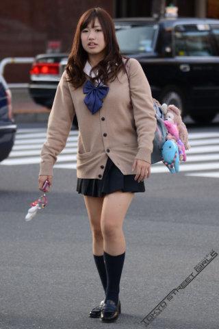 【画像】ムチムチと音が聞こえてきそうな女子高生の街撮り写真