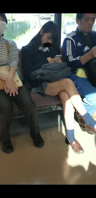 【画像】脚組み女子高生の生意気な感じたまらんな~(*´▽`*)