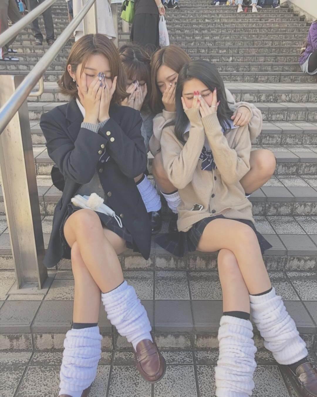 【画像】女子高生の脚組んだふとももがエチエチ過ぎる