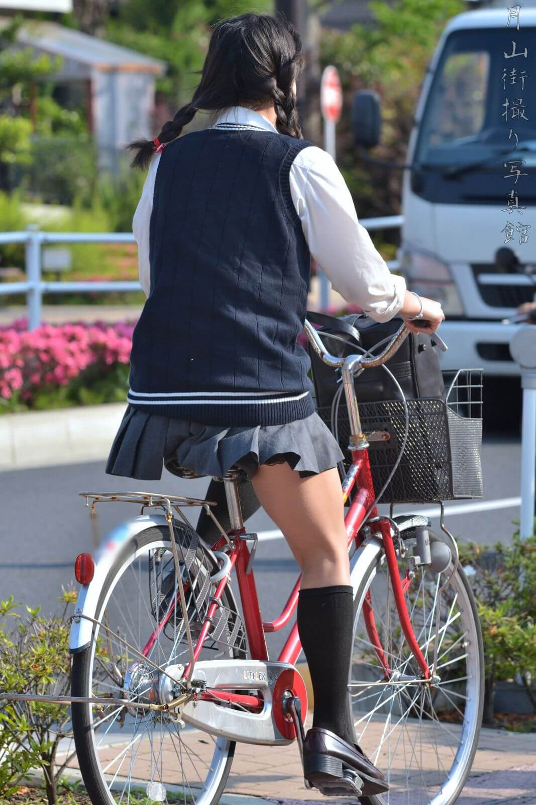 【画像】女子高生と自転車すれ違う時にそっと匂い楽しみ奴www