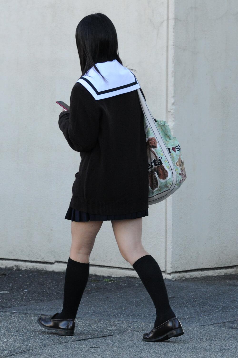 【画像】ちょっとコスプレ感が出る待撮りセーラー服女子高生
