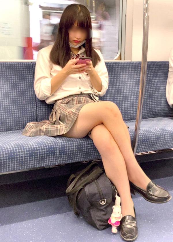 【画像】生意気な脚組み女子高生の前で土下座して頭踏まれたい変態おる?