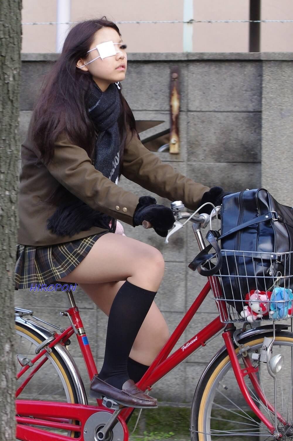 【画像】自転車通学する女子高生のパンチラワンチャン期待奴ww