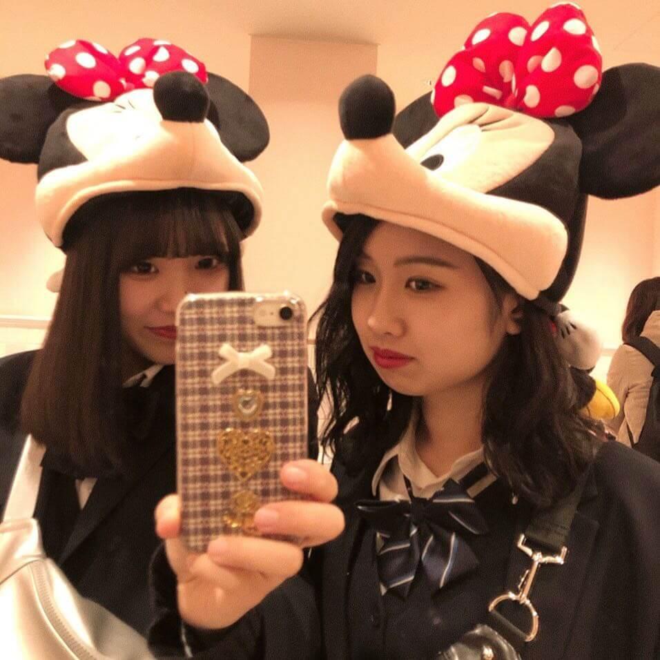 【画像】女子高生が鏡越しに友達と撮った写真がカワええ