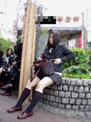 【画像】女子高生がちょこんと座ってる感じが可愛くてたまらん